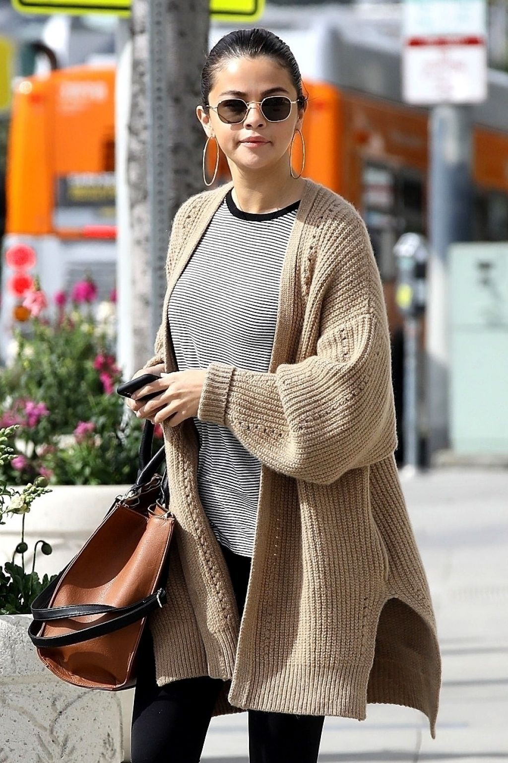 Hóa ra các sao cũng mặc lại đồ như chúng ta: Selena Gomez đi boot cọc cạch, diện cùng một chiếc cardigan với 2 style khác nhau trong 2 ngày liên tiếp - Ảnh 1.