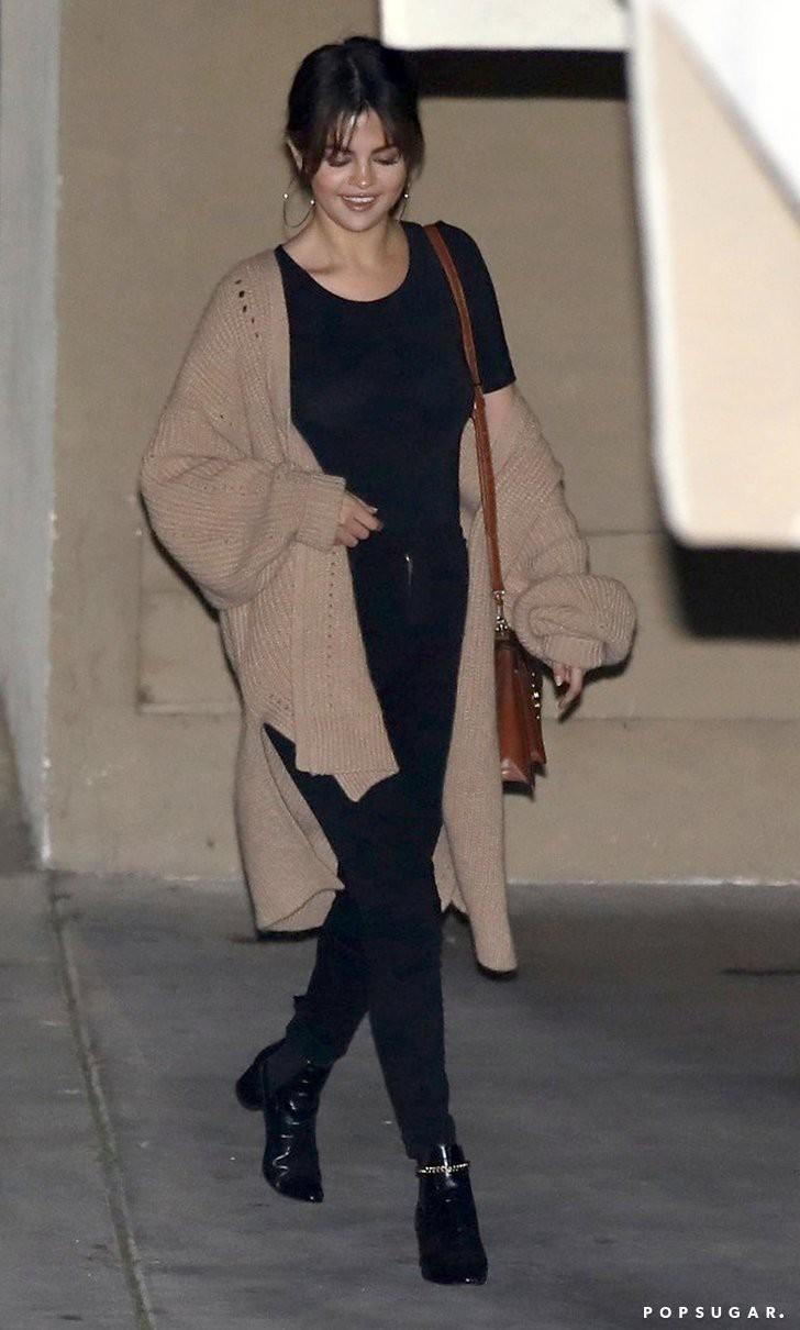 Hóa ra các sao cũng mặc lại đồ như chúng ta: Selena Gomez đi boot cọc cạch, diện cùng một chiếc cardigan với 2 style khác nhau trong 2 ngày liên tiếp - Ảnh 4.