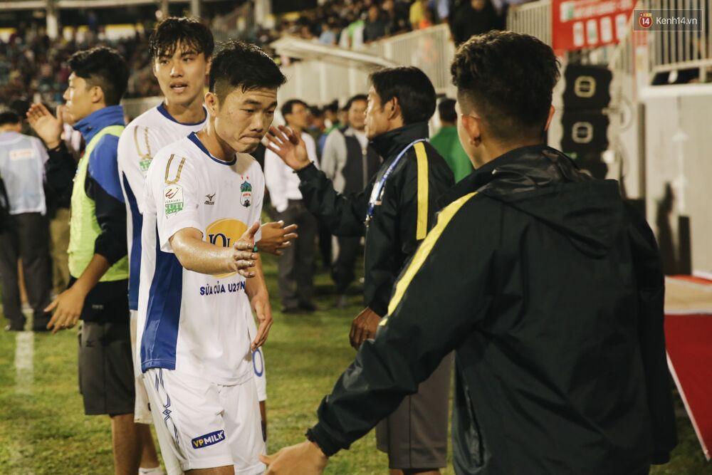 """Thủ lĩnh Xuân Trường cùng đồng đội HAGL """"đốn tim"""" fan vì hành động đẹp - Ảnh 3."""