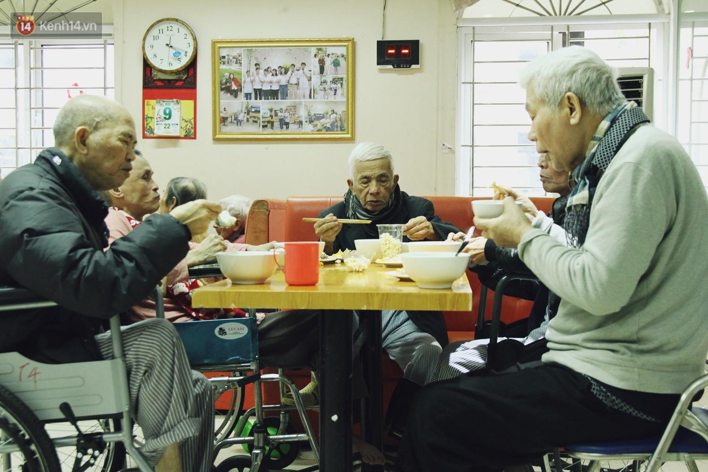 Đằng sau cánh cửa một viện dưỡng lão ở Hà Nội: Ừ thì, mình cứ vui hết mình thôi! - Ảnh 5.