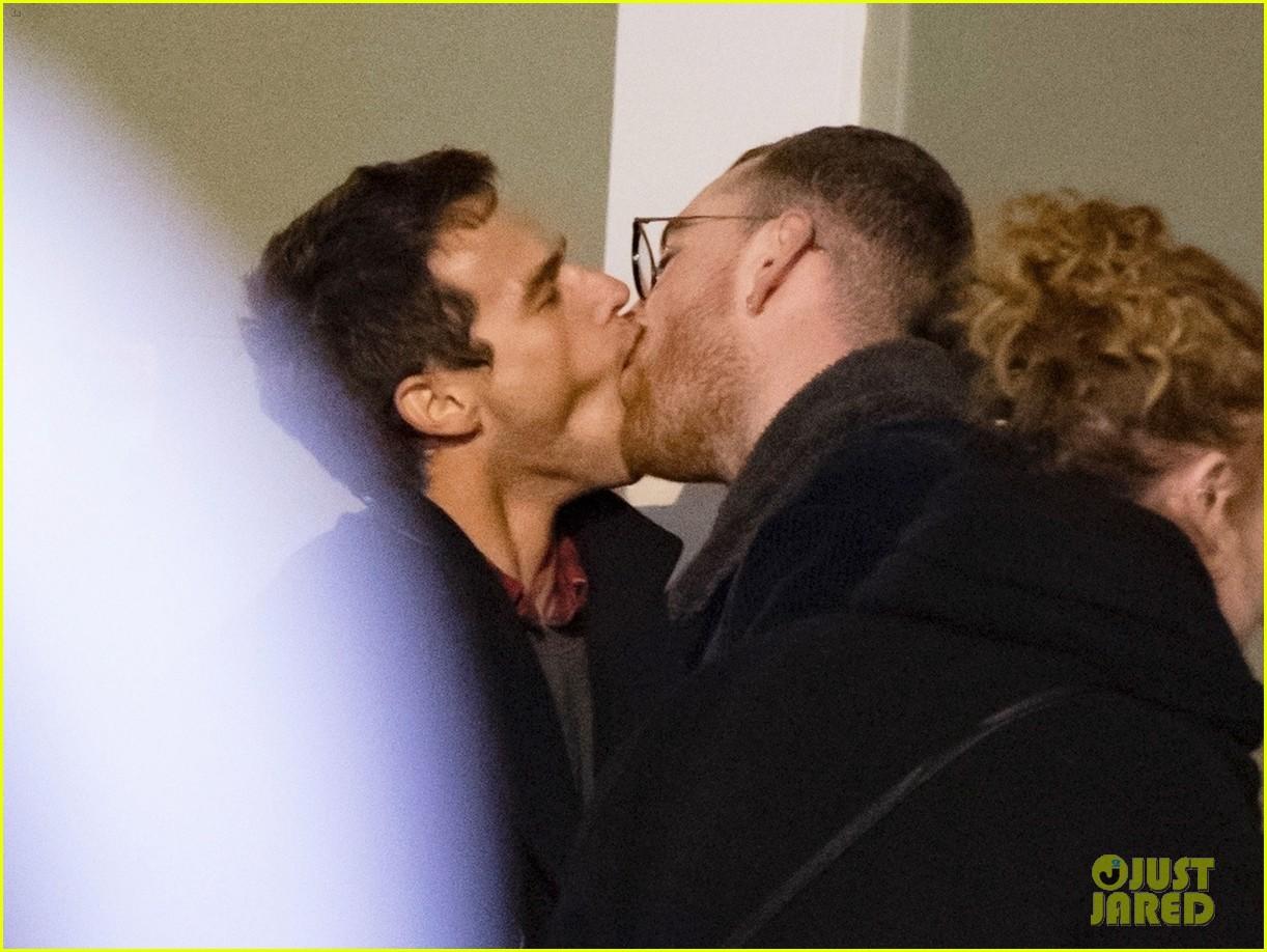 Được bạn trai hôn như ăn tươi nuốt sống, đây là phản ứng hài hước của Sam Smith - Ảnh 2.