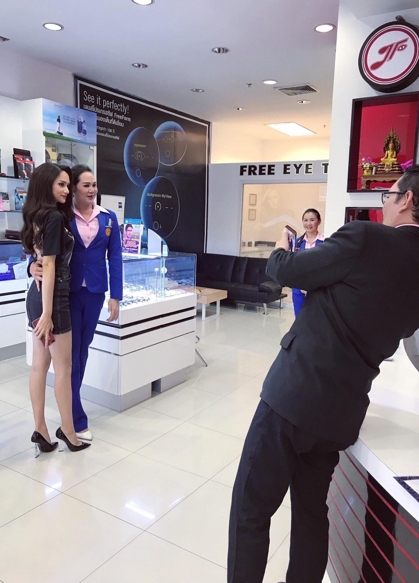 Giản dị đi shopping bằng phương tiện công cộng, Hương Giang được người hâm mộ quốc tế săn đón sau đăng quang - Ảnh 11.