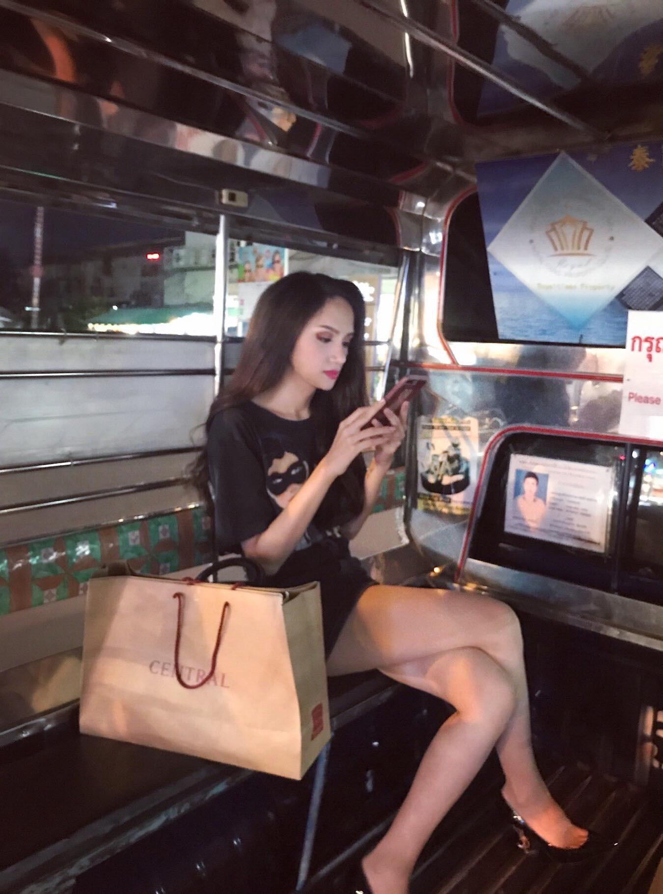 Giản dị đi shopping bằng phương tiện công cộng, Hương Giang được người hâm mộ quốc tế săn đón sau đăng quang - Ảnh 1.