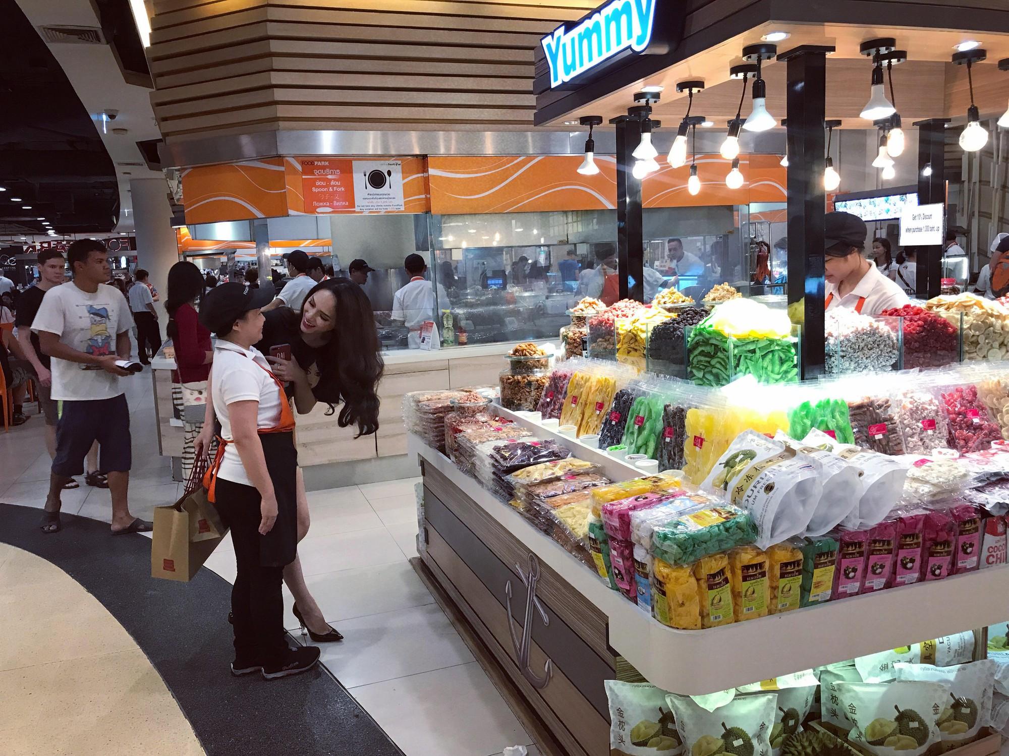 Giản dị đi shopping bằng phương tiện công cộng, Hương Giang được người hâm mộ quốc tế săn đón sau đăng quang - Ảnh 14.