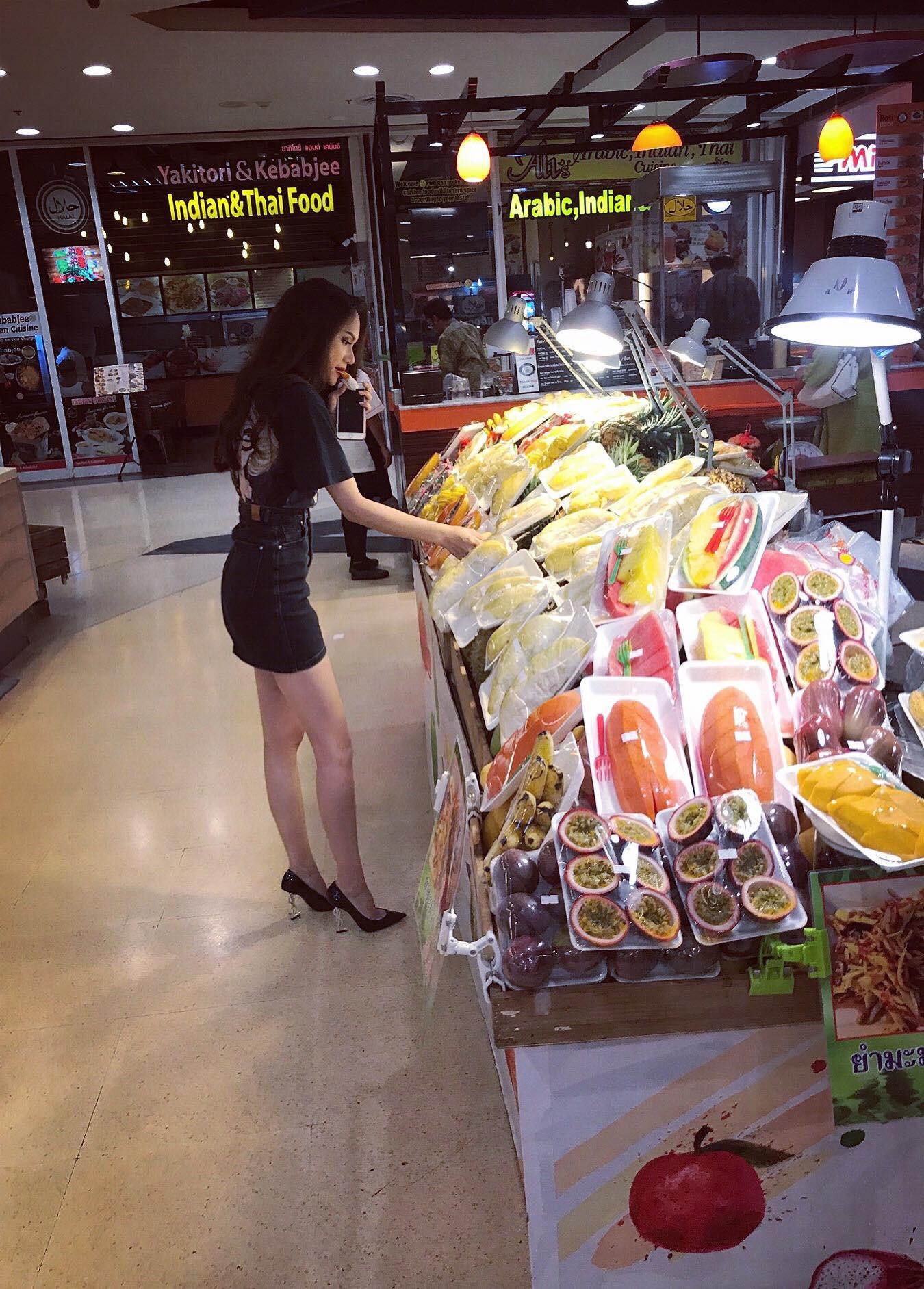 Giản dị đi shopping bằng phương tiện công cộng, Hương Giang được người hâm mộ quốc tế săn đón sau đăng quang - Ảnh 3.