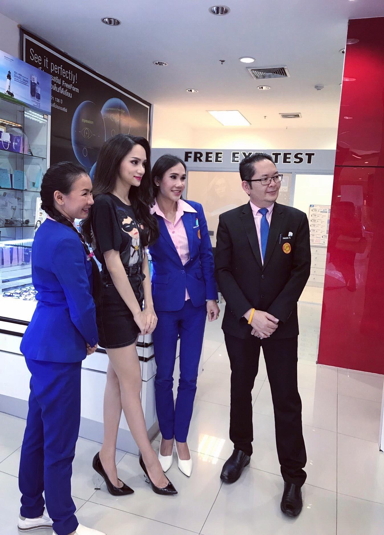Giản dị đi shopping bằng phương tiện công cộng, Hương Giang được người hâm mộ quốc tế săn đón sau đăng quang - Ảnh 6.