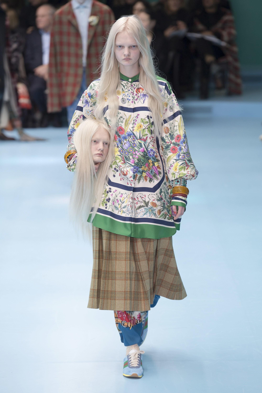 Nhờ Gucci lăng xê, ôm thủ cấp chụp hình thực sự đã trở thành hot trend trên thế giới - Ảnh 1.