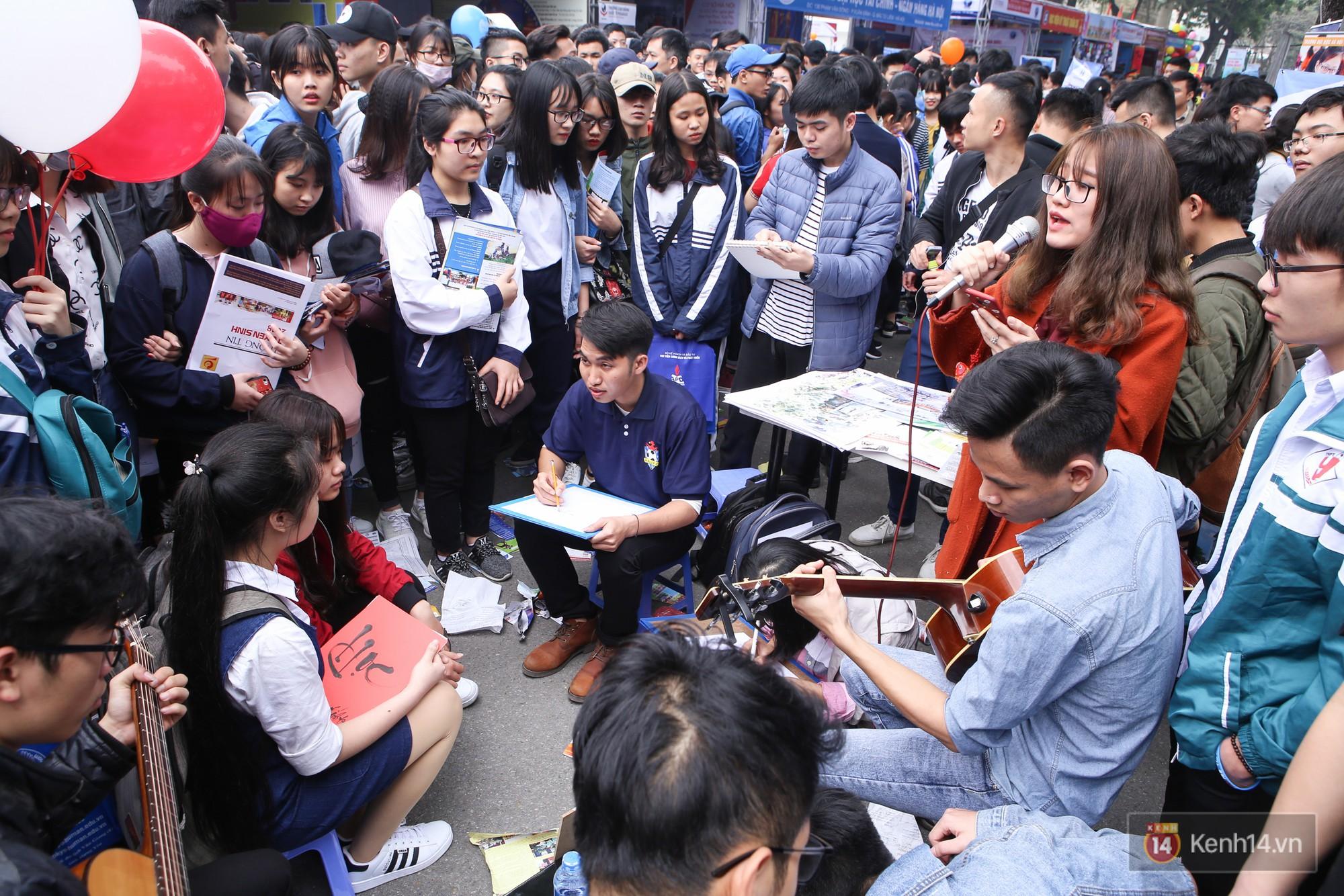 Hơn 10.000 học sinh được tư vấn, giải đáp thắc mắc các vấn đề hot nhất của kỳ thi THPT quốc gia 2018 - Ảnh 15.