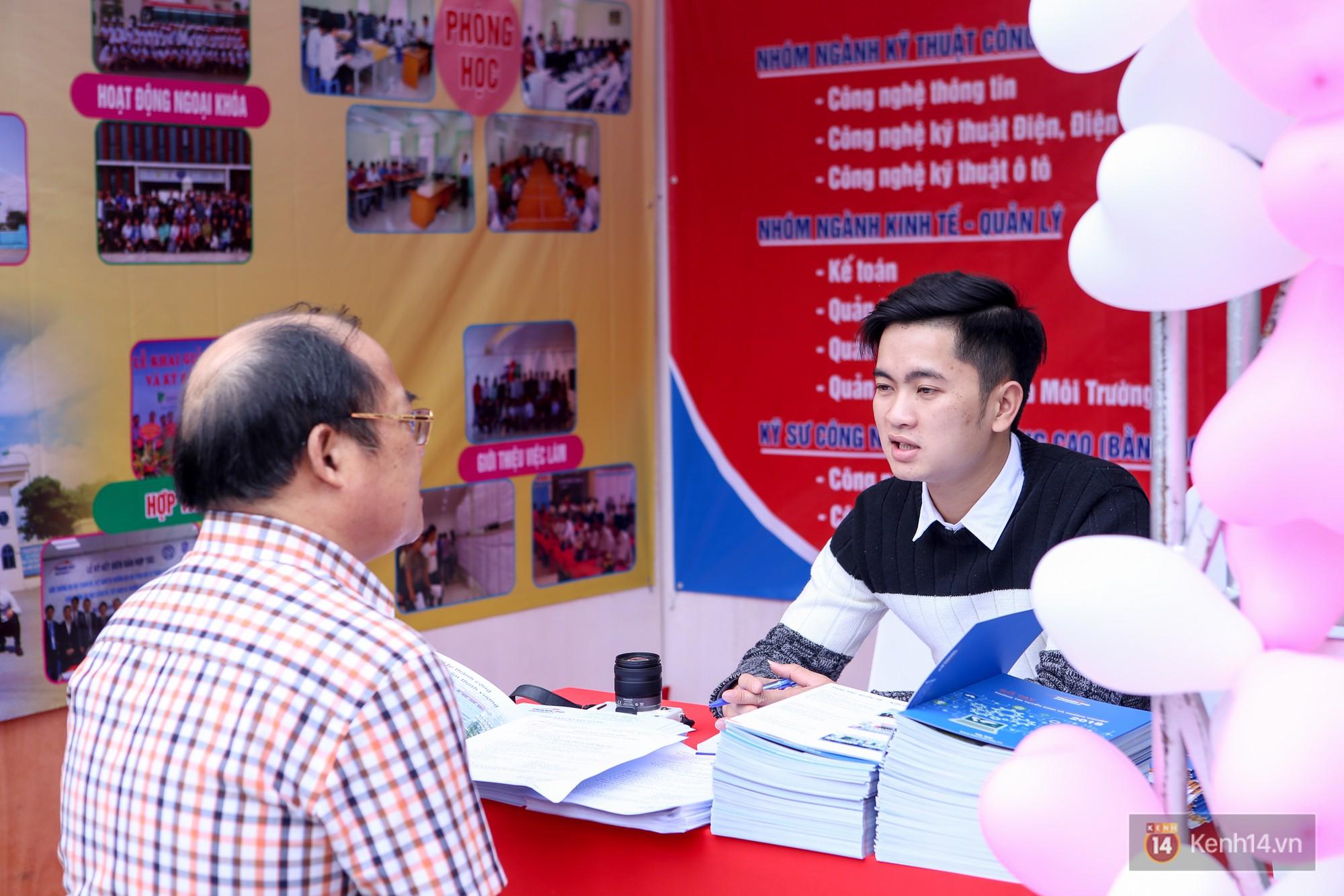 Hơn 10.000 học sinh được tư vấn, giải đáp thắc mắc các vấn đề hot nhất của kỳ thi THPT quốc gia 2018 - Ảnh 14.