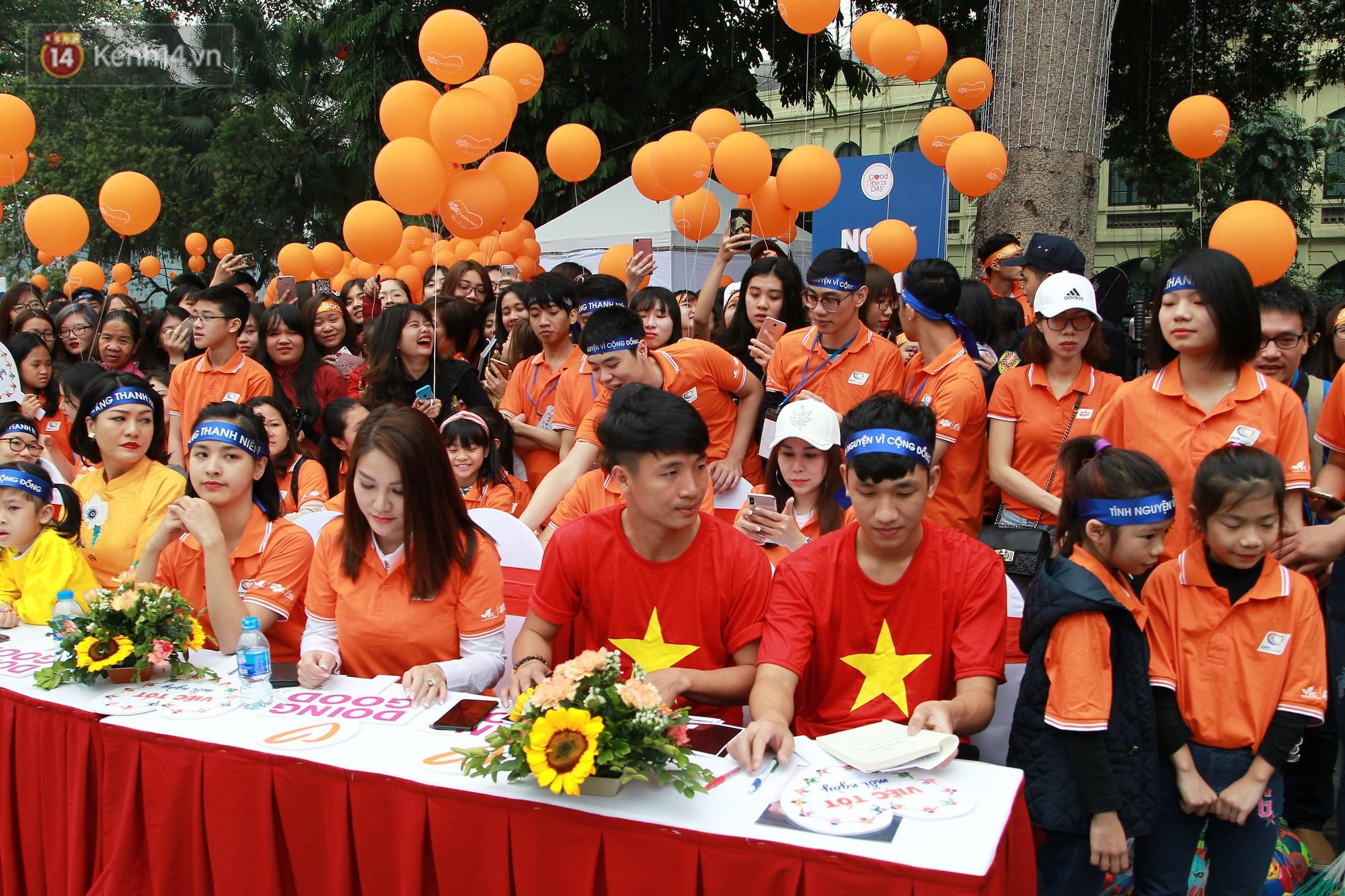 Phố đi bộ Hồ Gươm tắc nghẽn khi Trọng Đại, Tiến Dũng U23 cùng 5000 người dân tham gia ngày hội tình nguyện - Ảnh 1.