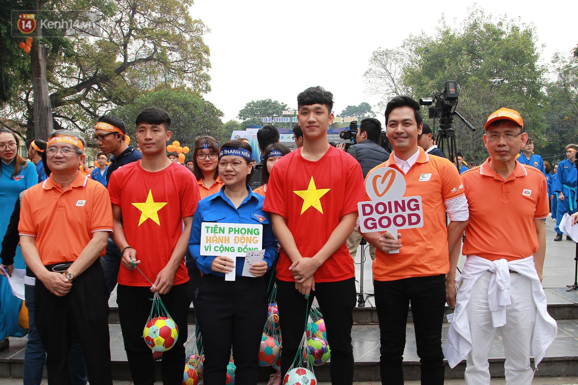 Phố đi bộ Hồ Gươm tắc nghẽn khi Trọng Đại, Tiến Dũng U23 cùng 5000 người dân tham gia ngày hội tình nguyện - Ảnh 2.
