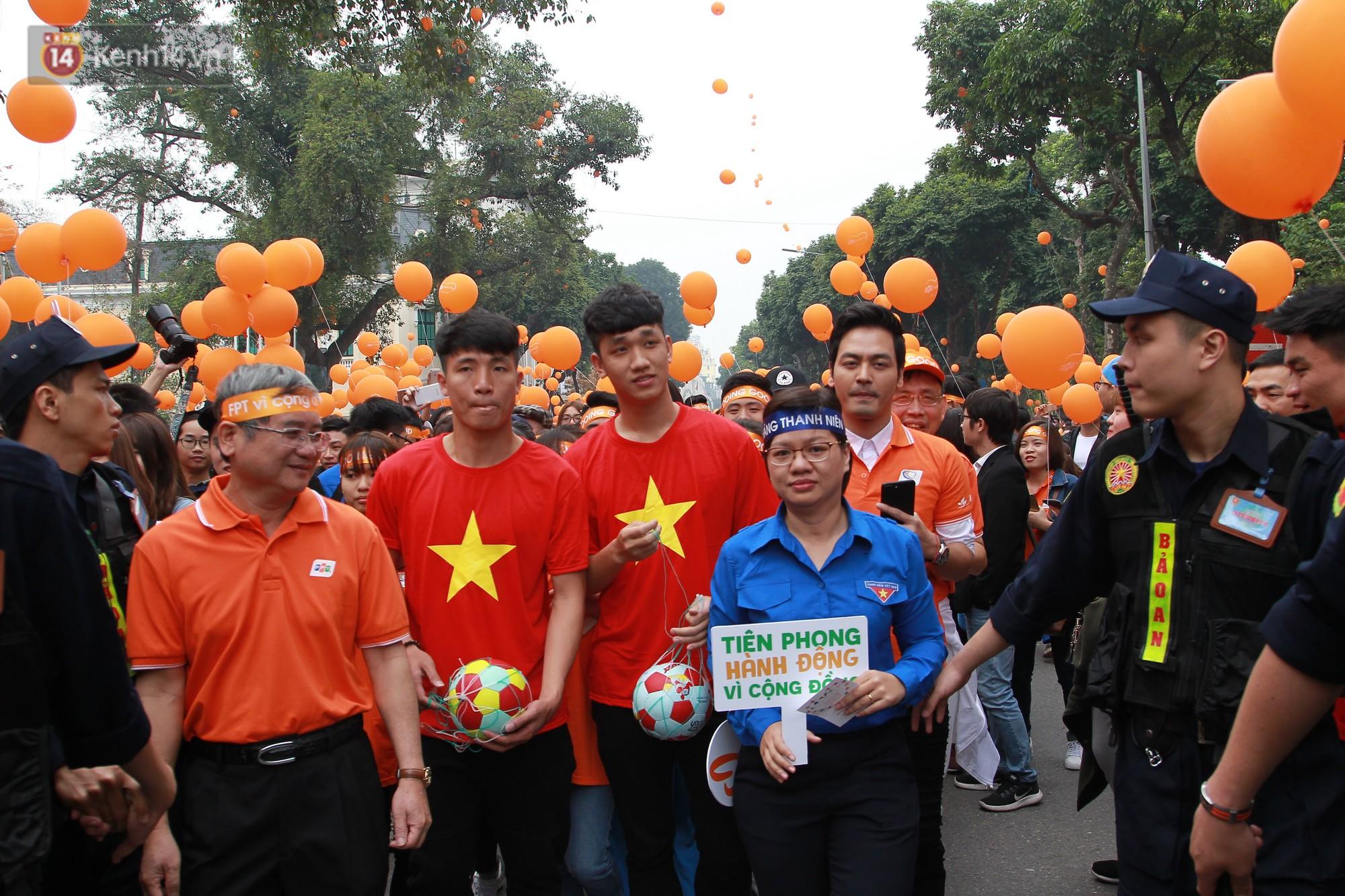 Phố đi bộ Hồ Gươm tắc nghẽn khi Trọng Đại, Tiến Dũng U23 cùng 5000 người dân tham gia ngày hội tình nguyện - Ảnh 3.
