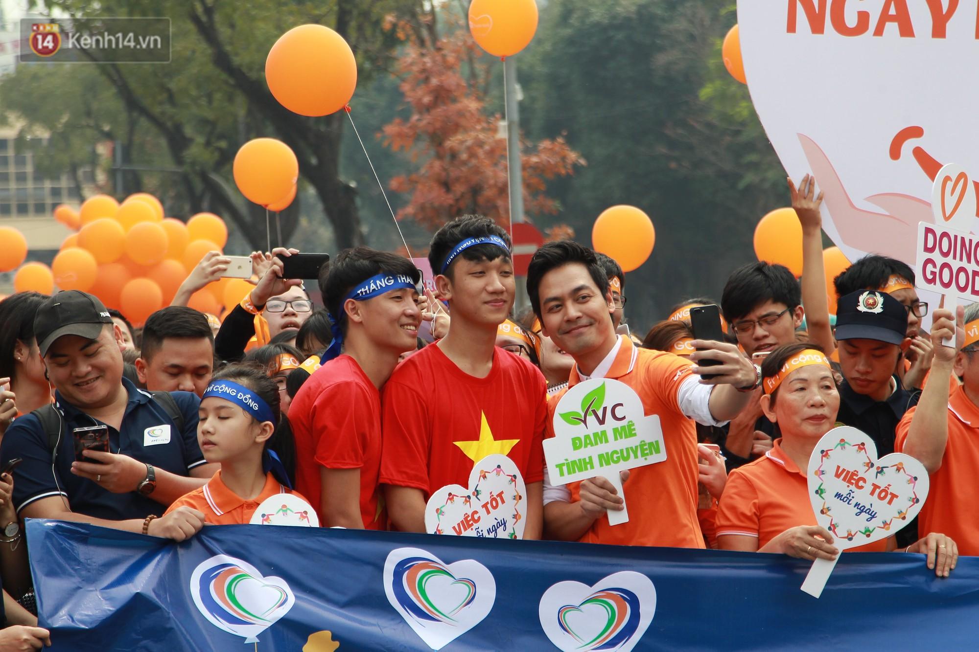Phố đi bộ Hồ Gươm tắc nghẽn khi Trọng Đại, Tiến Dũng U23 cùng 5000 người dân tham gia ngày hội tình nguyện - Ảnh 5.