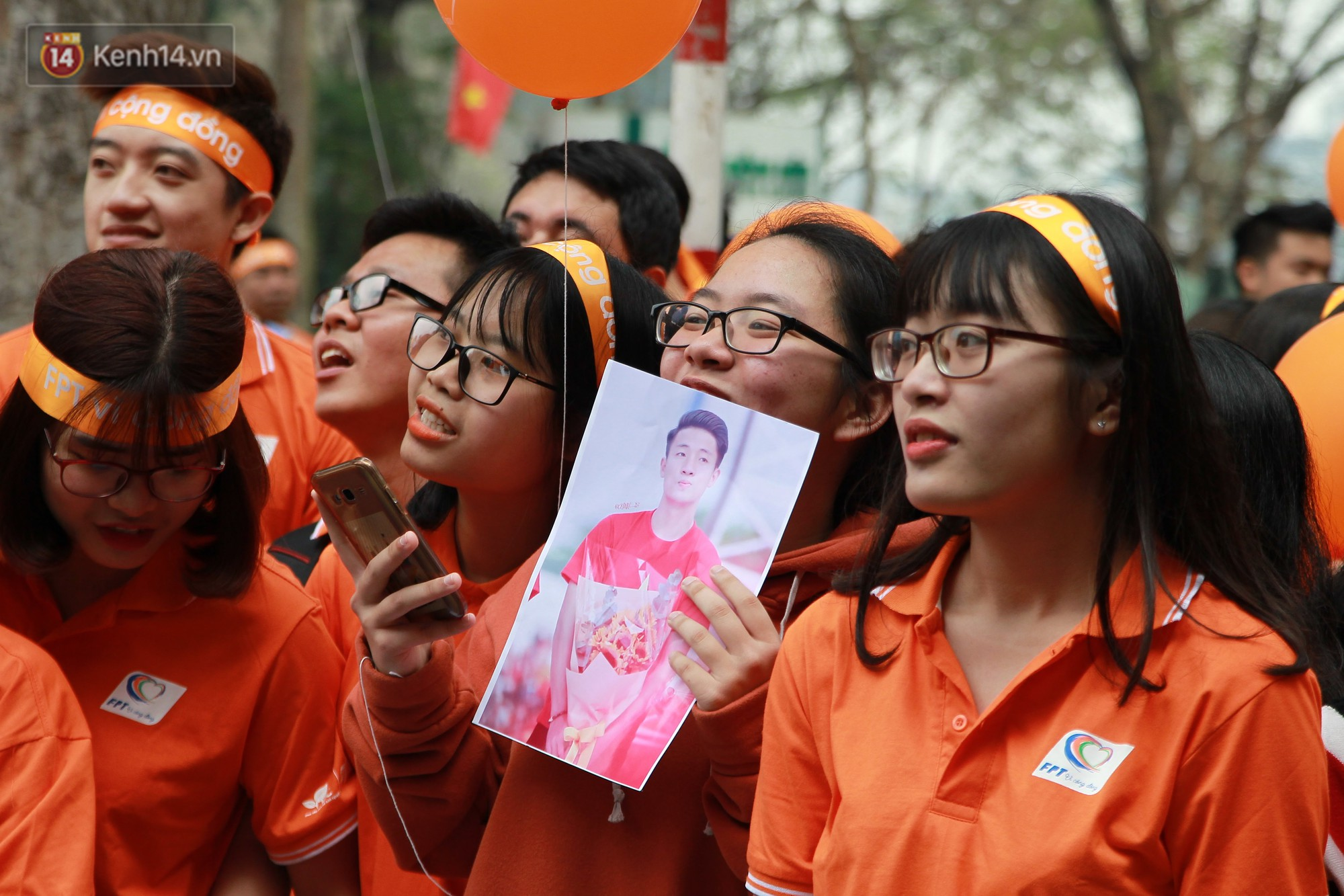 Phố đi bộ Hồ Gươm tắc nghẽn khi Trọng Đại, Tiến Dũng U23 cùng 5000 người dân tham gia ngày hội tình nguyện - Ảnh 8.