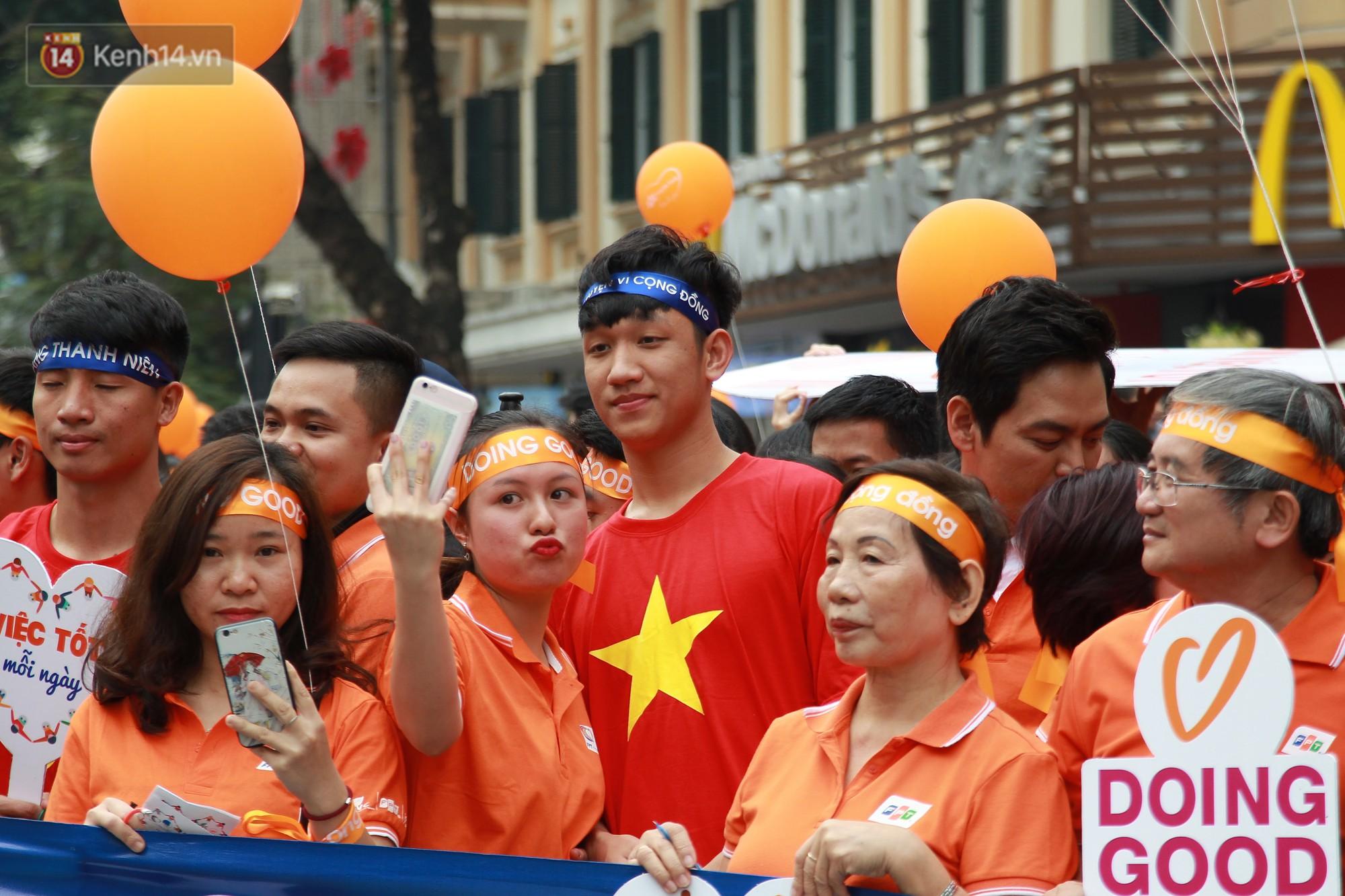 Phố đi bộ Hồ Gươm tắc nghẽn khi Trọng Đại, Tiến Dũng U23 cùng 5000 người dân tham gia ngày hội tình nguyện - Ảnh 6.