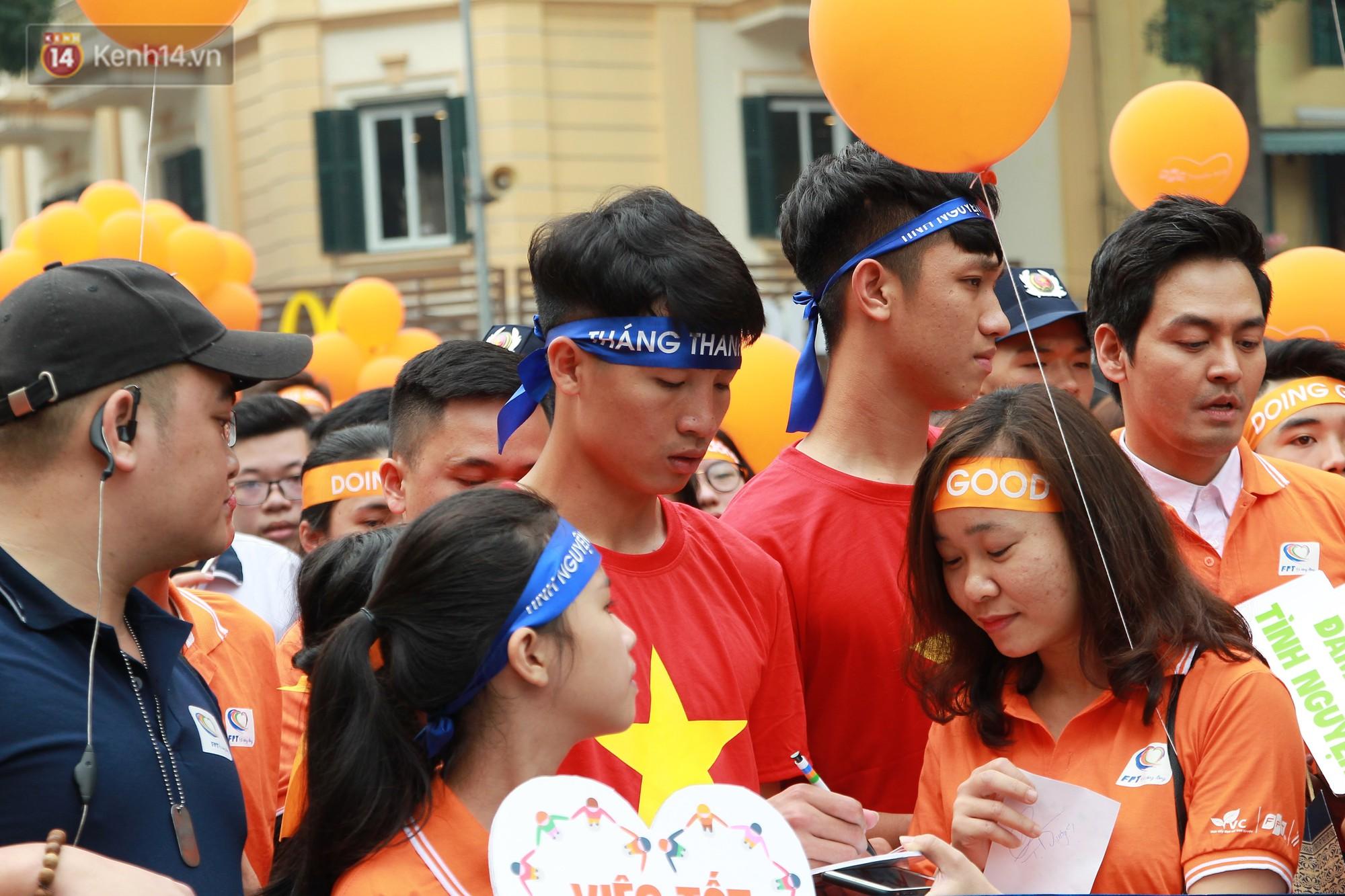 Phố đi bộ Hồ Gươm tắc nghẽn khi Trọng Đại, Tiến Dũng U23 cùng 5000 người dân tham gia ngày hội tình nguyện - Ảnh 7.