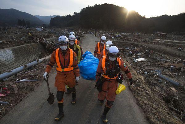 Những hình ảnh thảm họa động đất sóng thần năm 2011 khiến ai cũng thổn thức: Đến tận bây giờ, 2,500 người vẫn mất tích - Ảnh 1.