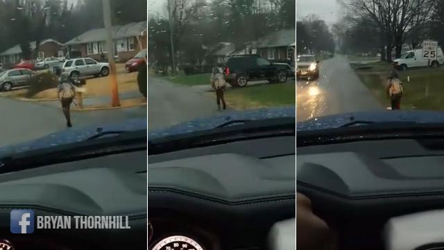 Bắt con trai chạy bộ đến trường giữa trời mưa nhưng ông bố lại này được cư dân mạng vỗ tay khen ngợi - Ảnh 1.