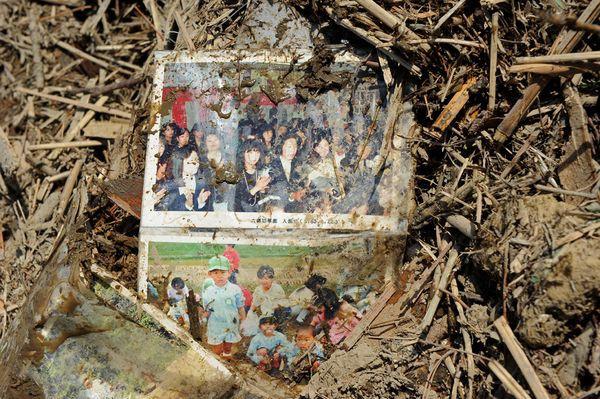 Những hình ảnh thảm họa động đất sóng thần năm 2011 khiến ai cũng thổn thức: Đến tận bây giờ, 2,500 người vẫn mất tích - Ảnh 14.