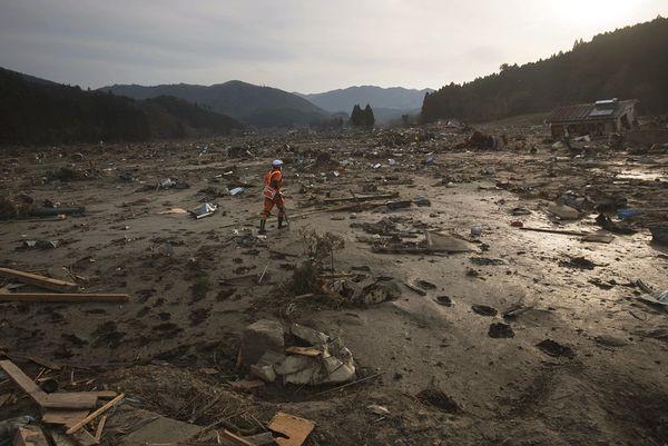 Những hình ảnh thảm họa động đất sóng thần năm 2011 khiến ai cũng thổn thức: Đến tận bây giờ, 2,500 người vẫn mất tích - Ảnh 15.
