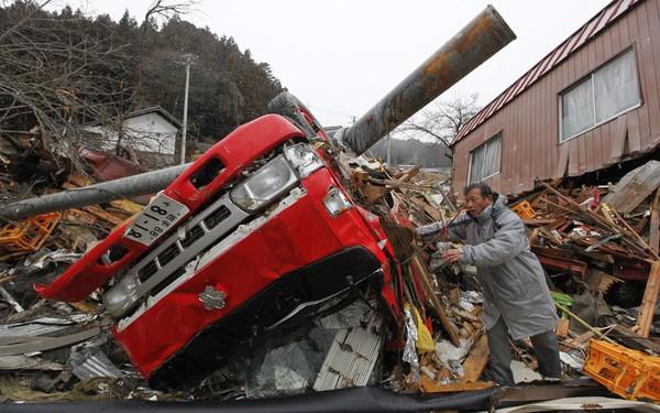 Những hình ảnh thảm họa động đất sóng thần năm 2011 khiến ai cũng thổn thức: Đến tận bây giờ, 2,500 người vẫn mất tích - Ảnh 29.