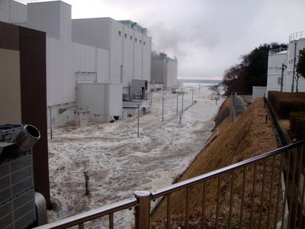 Những hình ảnh thảm họa động đất sóng thần năm 2011 khiến ai cũng thổn thức: Đến tận bây giờ, 2,500 người vẫn mất tích - Ảnh 18.
