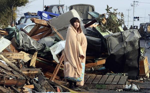 Những hình ảnh thảm họa động đất sóng thần năm 2011 khiến ai cũng thổn thức: Đến tận bây giờ, 2,500 người vẫn mất tích - Ảnh 24.