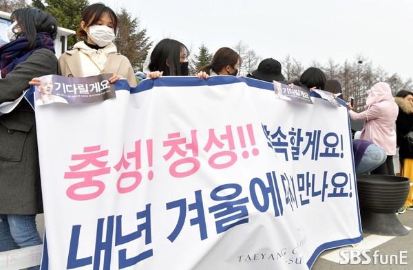 Taeyang nhập ngũ: Từ mặt mộc đến thời trang đều khiến fan mãn nhãn, vợ Min Hyo Rin hứa đến tiễn chồng - Ảnh 15.