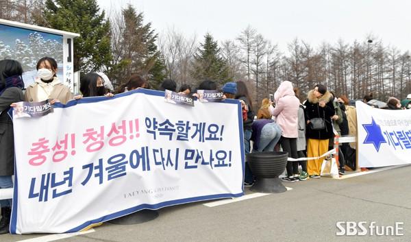 Taeyang nhập ngũ: Từ mặt mộc đến thời trang đều khiến fan mãn nhãn, vợ Min Hyo Rin hứa đến tiễn chồng - Ảnh 16.