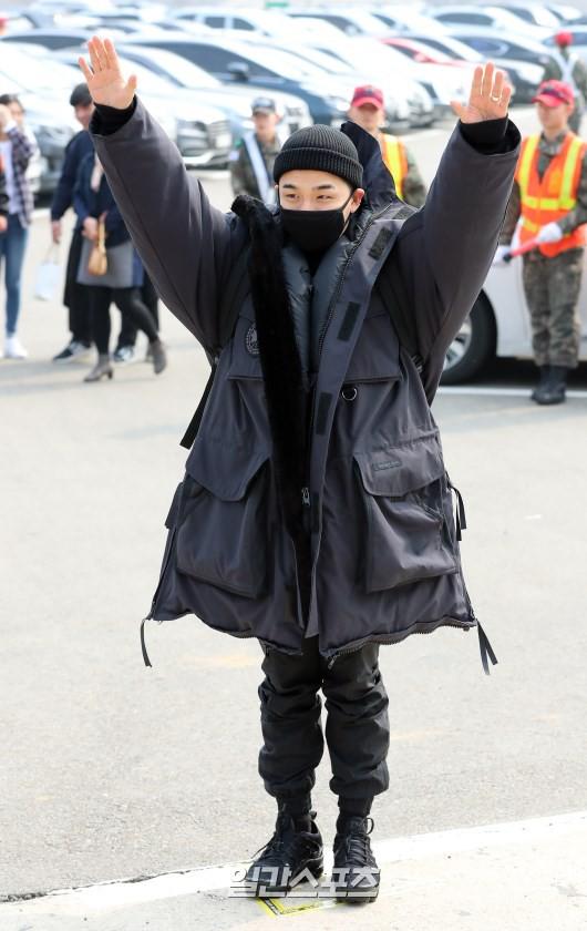 Taeyang nhập ngũ: Từ mặt mộc đến thời trang đều khiến fan mãn nhãn, vợ Min Hyo Rin hứa đến tiễn chồng - Ảnh 1.