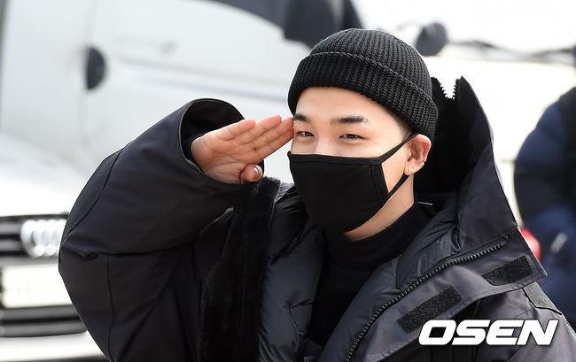Taeyang nhập ngũ: Từ mặt mộc đến thời trang đều khiến fan mãn nhãn, vợ Min Hyo Rin hứa đến tiễn chồng - Ảnh 8.