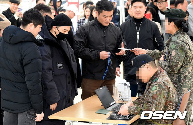 Taeyang nhập ngũ: Từ mặt mộc đến thời trang đều khiến fan mãn nhãn, vợ Min Hyo Rin hứa đến tiễn chồng - Ảnh 13.