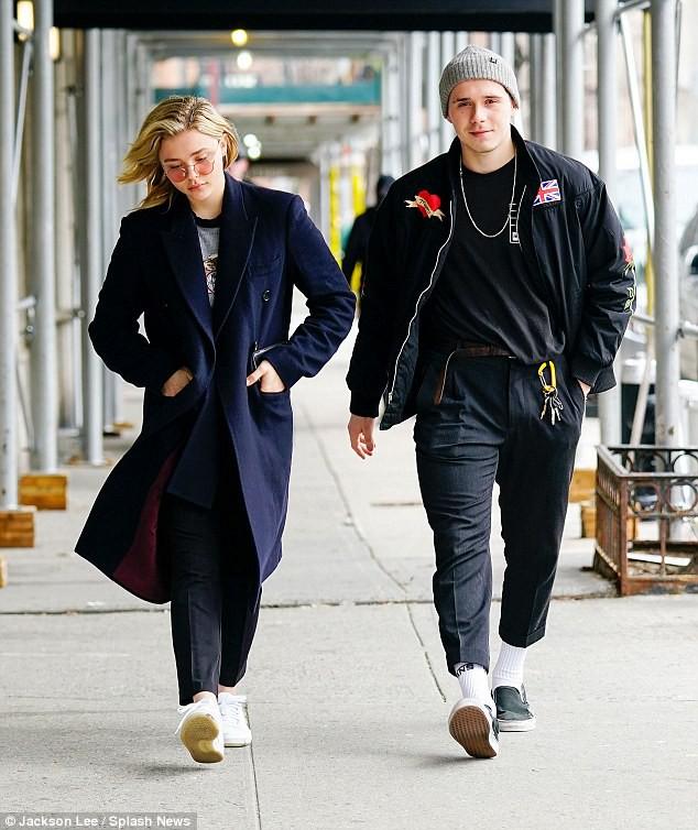 Không nỡ xa Chloe, Brooklyn Beckham kề môi hôn bạn gái nồng nàn trên phố - Ảnh 1.