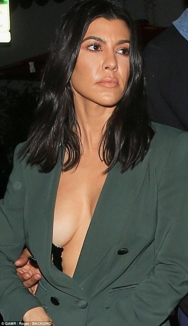 Dán băng keo để ngực không chảy xệ, chị cả nhà Kardashian bị hớ hênh khi hẹn hò phi công trẻ - Ảnh 3.