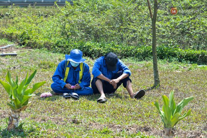 Người lao động Sài Gòn chật vật mưu sinh những ngày nắng nóng đổ lửa - Ảnh 7.
