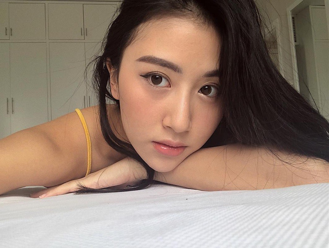 Chỉ tạo dáng trên giường thôi mà các hot girl Việt đã có rổ ảnh sống ảo rồi - Ảnh 5.