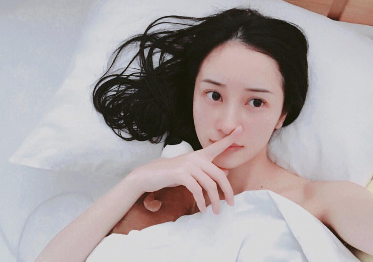 Chỉ tạo dáng trên giường thôi mà các hot girl Việt đã có rổ ảnh sống ảo rồi - Ảnh 2.