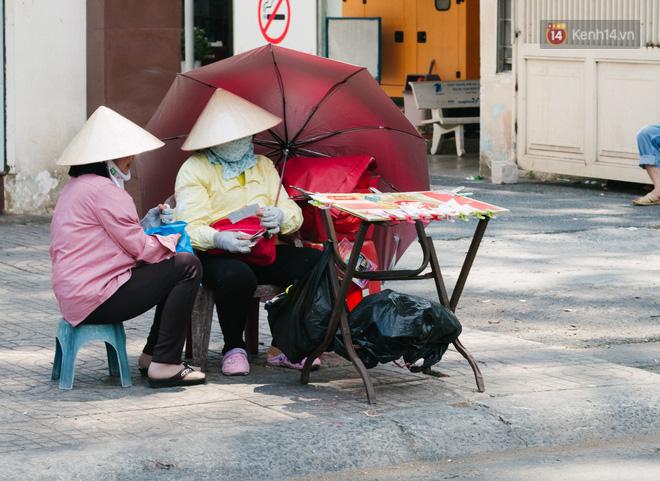 Người lao động Sài Gòn chật vật mưu sinh những ngày nắng nóng đổ lửa - Ảnh 6.