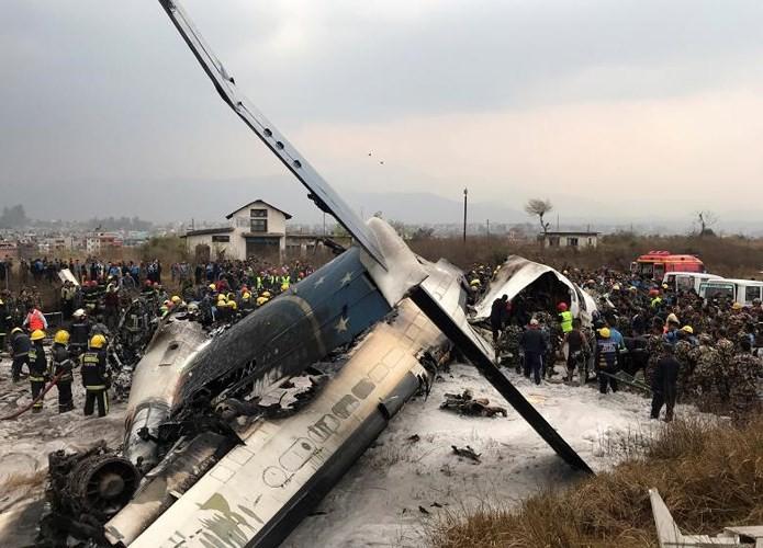 Ảnh: Hiện trường vụ máy bay gặp nạn khi hạ cánh ở Nepal, 50 người chết - Ảnh 1.