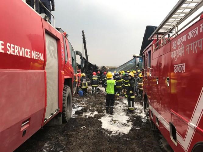 Ảnh: Hiện trường vụ máy bay gặp nạn khi hạ cánh ở Nepal, 50 người chết - Ảnh 4.