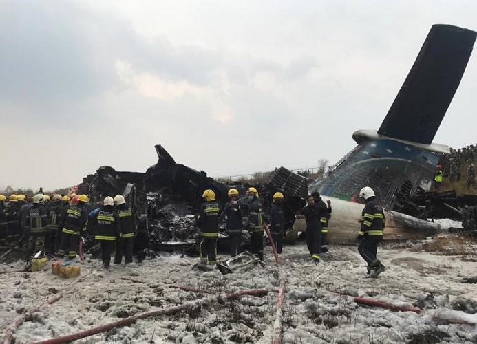 Ảnh: Hiện trường vụ máy bay gặp nạn khi hạ cánh ở Nepal, 50 người chết - Ảnh 6.