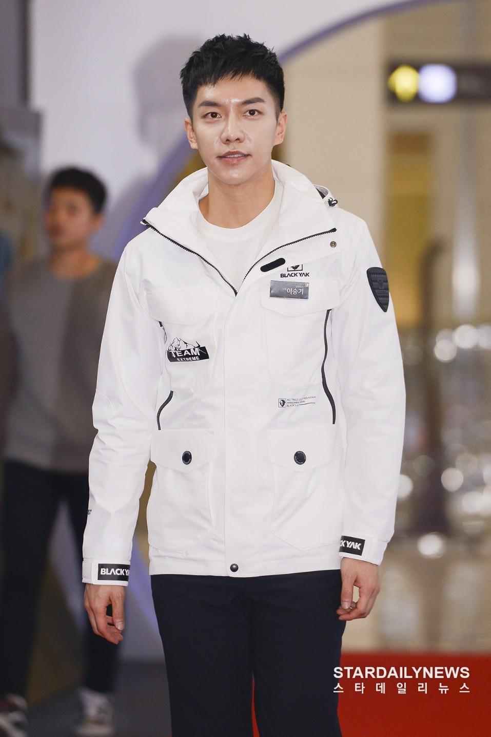 Sự kiện hot nhất hôm nay: Bạn trai Park Shin Hye lần đầu xuất hiện đã bị chê, Lee Seung Gi lộ mặt bóng dầu - Ảnh 10.