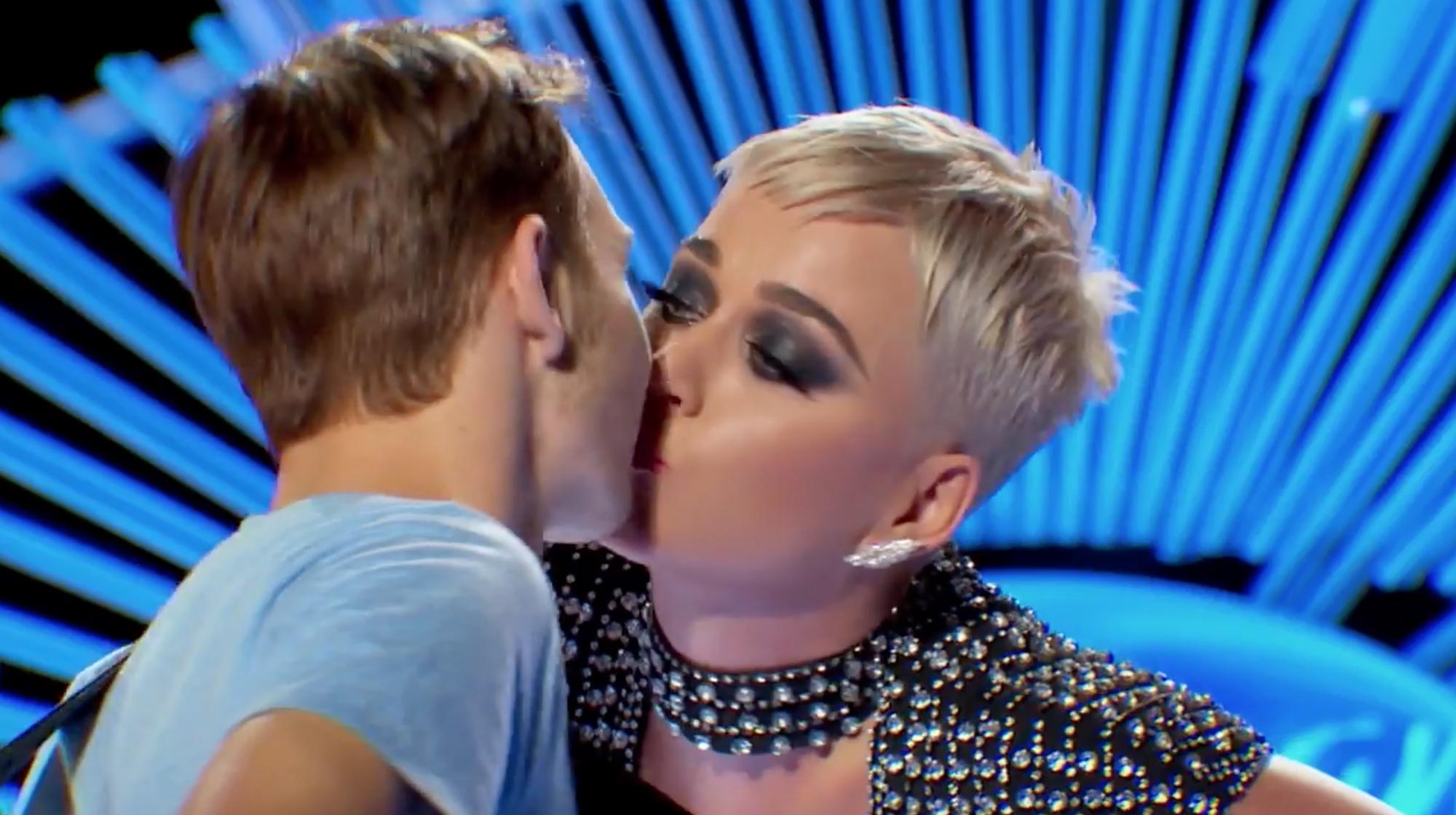 Katy Perry lừa hôn chàng trai 20 tuổi trong tập mở màn American Idol 16 - Ảnh 2.