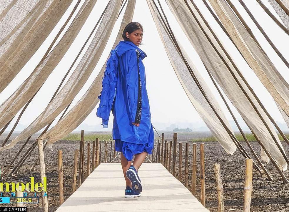 Next Top Ấn Độ cho thí sinh chụp hình catwalk giữa đồng ruộng - Ảnh 4.