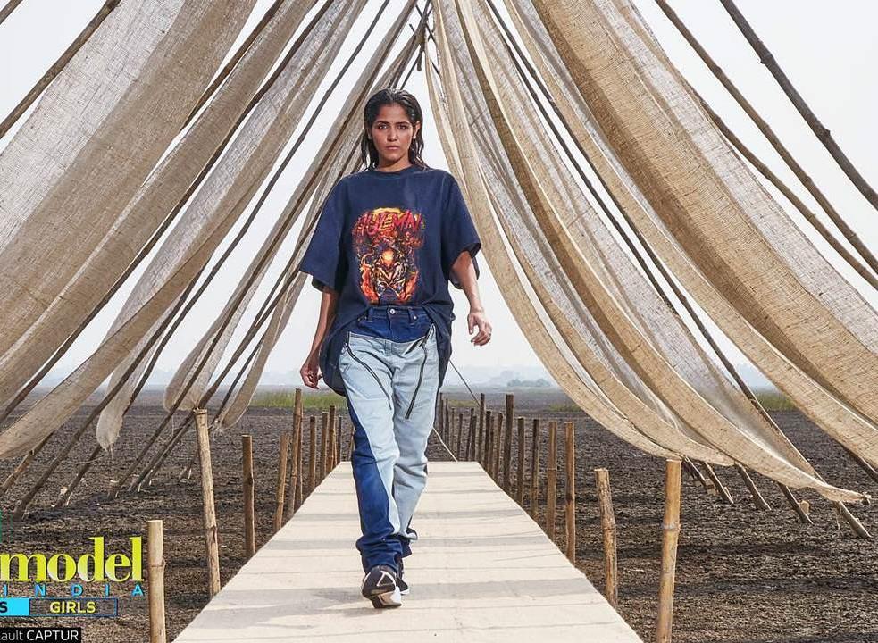 Next Top Ấn Độ cho thí sinh chụp hình catwalk giữa đồng ruộng - Ảnh 1.
