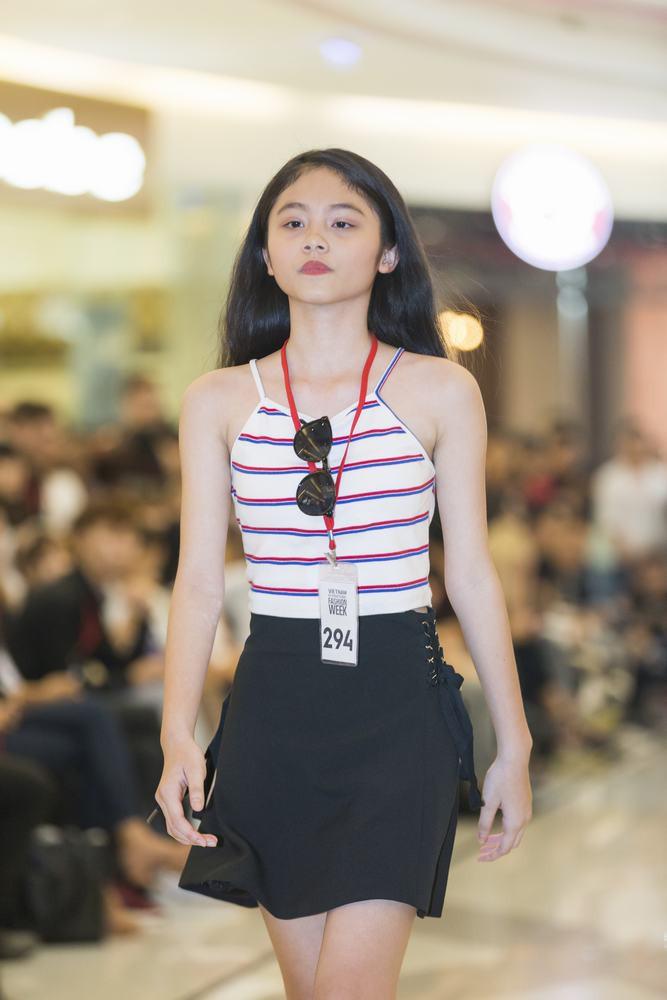Mẫu 13 tuổi catwalk ấn tượng gây sốt, xuất hiện thí sinh giống Hoàng Thùy tại buổi casting VIFW Xuân/Hè 2018 - Ảnh 1.