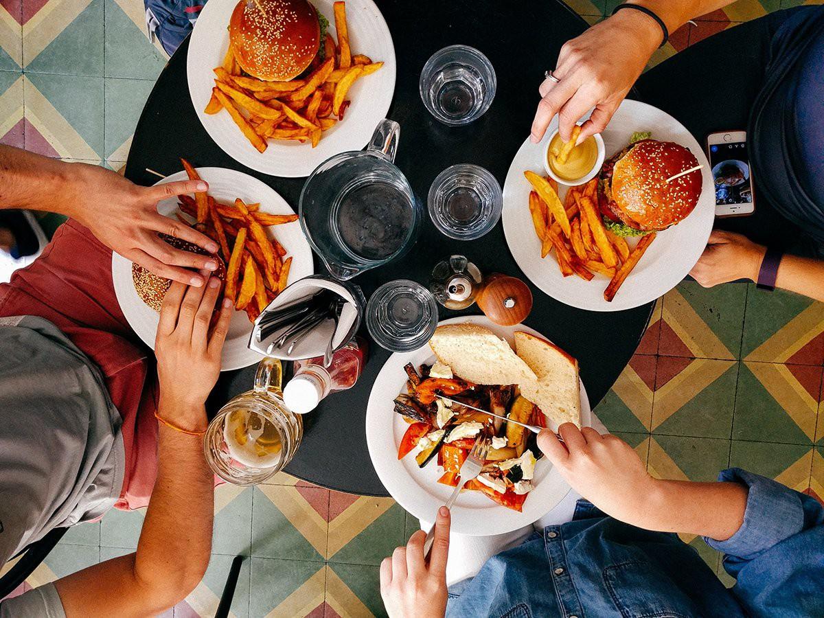 Nếu có các dấu hiệu này thì hãy từ bỏ ngay vì có thể bạn đang rơi vào ăn uống quá độ - Ảnh 1.