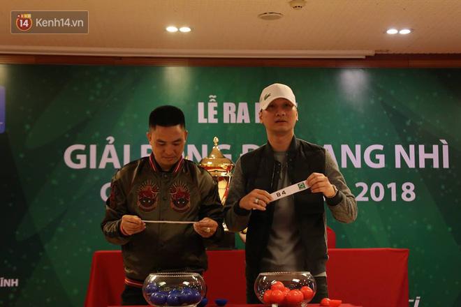 MC Thành Trung đối đầu tiền đạo U23 Việt Nam trên sân phủi Hà Nội - Ảnh 1.