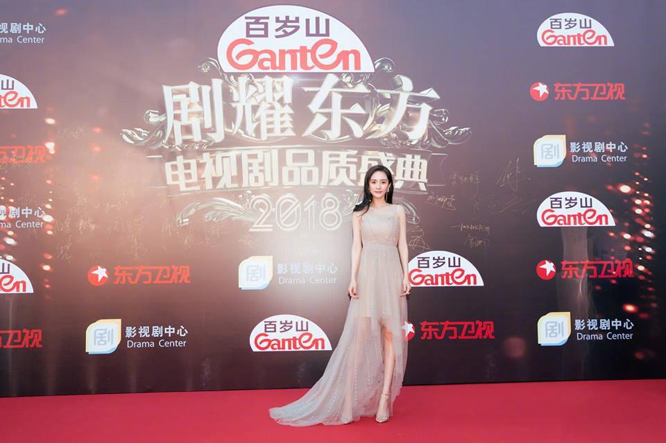 Thảm đỏ hot nhất Cbiz hôm nay: Dương Mịch đè bẹp dàn mỹ nhân, bạn gái Luhan hot vì... thời trang khó hiểu - Ảnh 4.