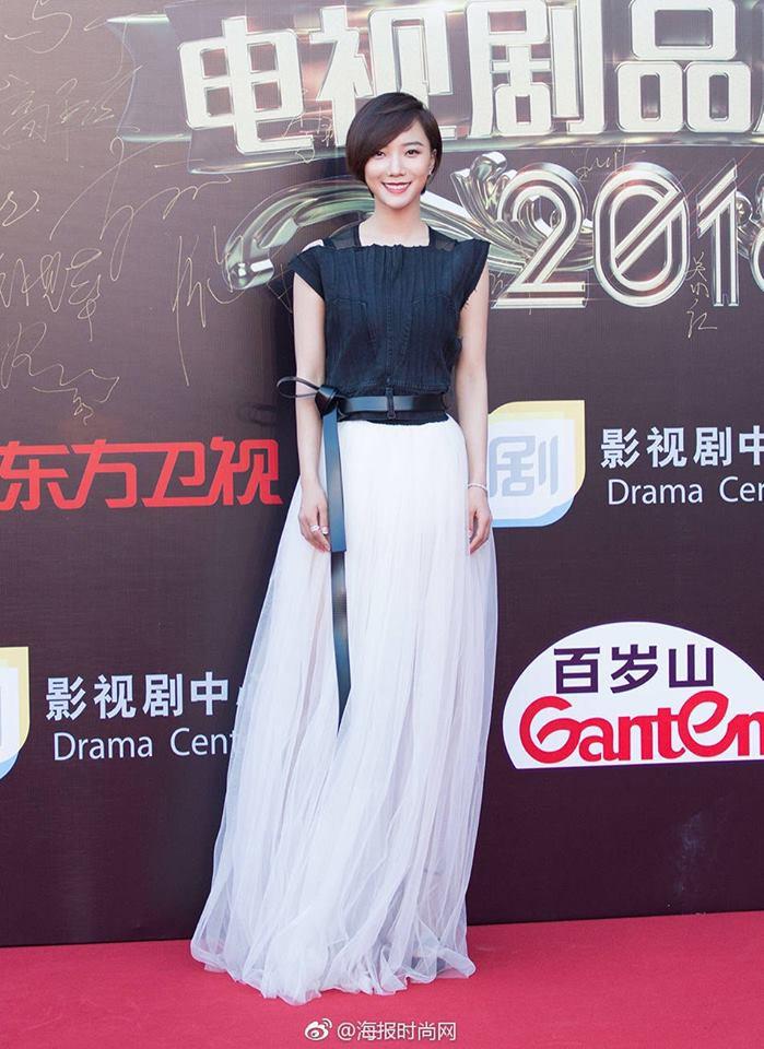 Thảm đỏ hot nhất Cbiz hôm nay: Dương Mịch đè bẹp dàn mỹ nhân, bạn gái Luhan hot vì... thời trang khó hiểu - Ảnh 16.
